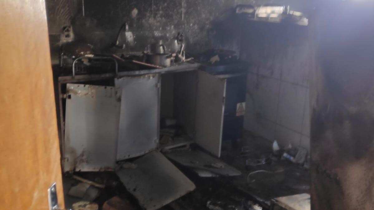 Bombeiros controlam incêndio em prédio no setor dos Afonsos, em Aparecida