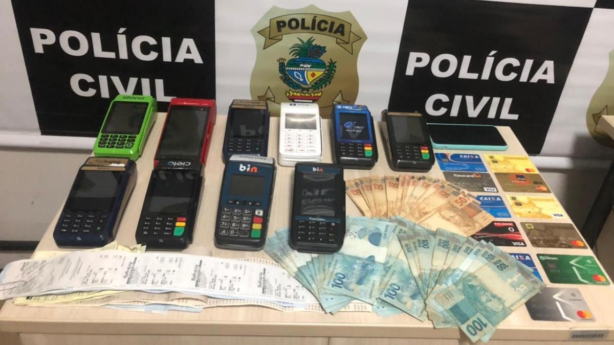 Máquinas de cartão e dinheiro encontrados com o suspeito (Foto: Polícia Civil)