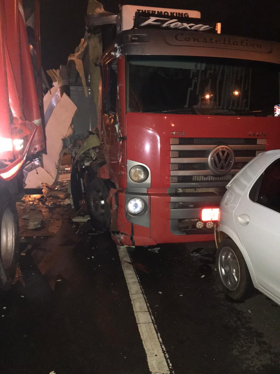 Por conta da chuva, o trânsito estava lento, o que contribuiu para acontecer o acidente