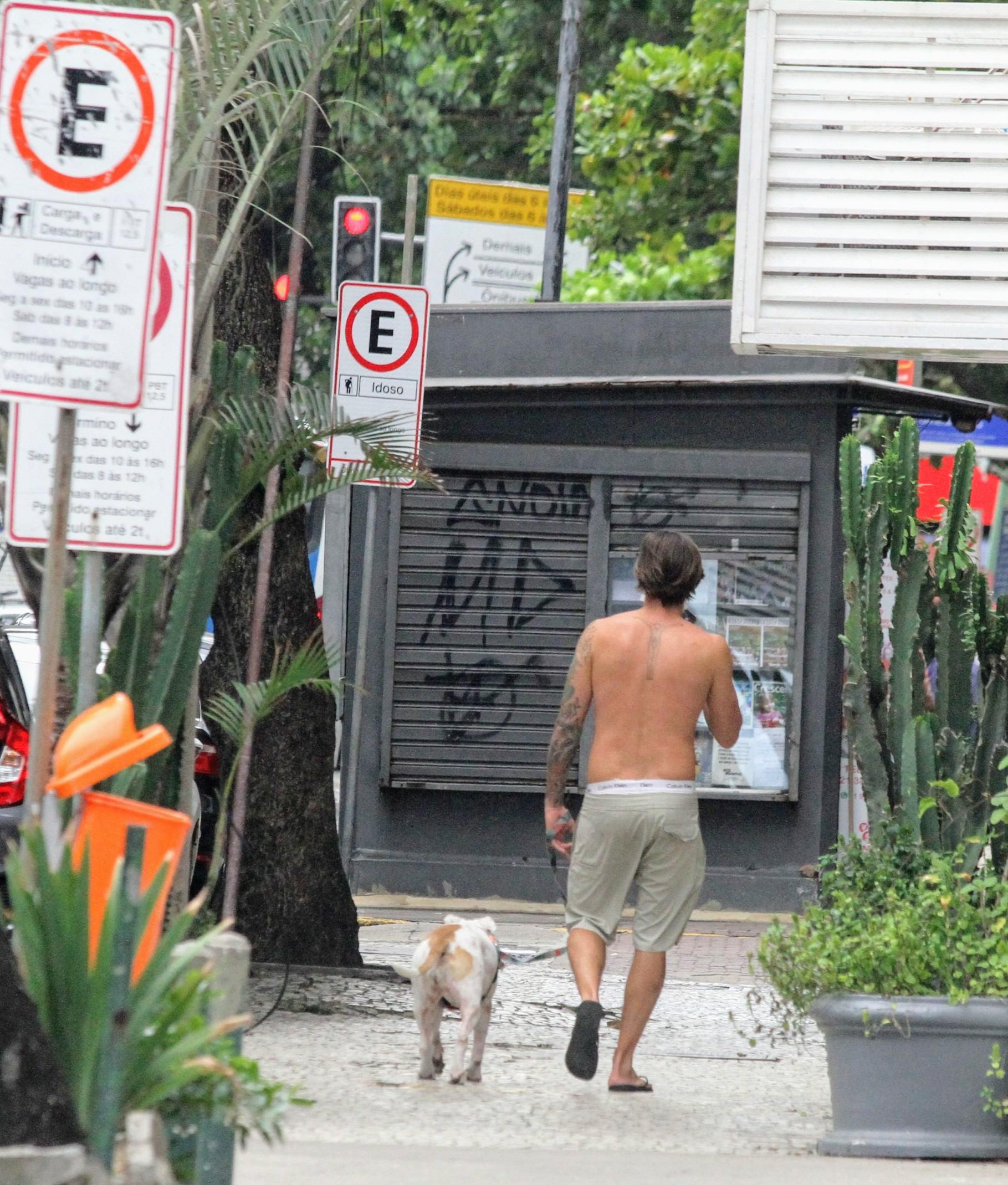 Dado Dolabella passeia com cachorro em Ipanema