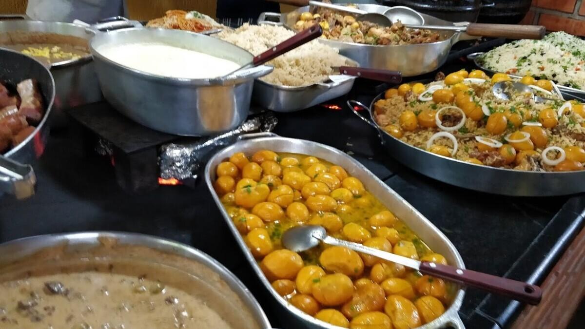 Mau Nenhum serve comida no fogão a lenha