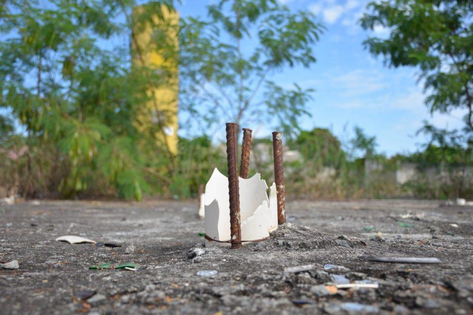 Ferro exposto representa perigo às crianças que brincam na obra abandonada do bairro Comendador Walmor (Foto: Jucimar de Sousa/MaisGoiás)