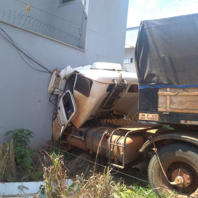 Motorista perde controle de caminhão e invade casa, em Rio Verde (Foto: Divulgação/CBM)