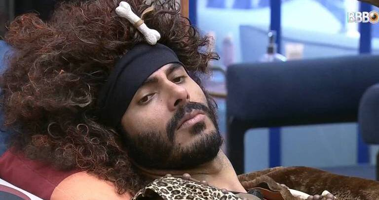 Rodolffo usando a peruca que gerou polêmica dentro e fora do BBB (Foto: Reprodução/TV Globo)