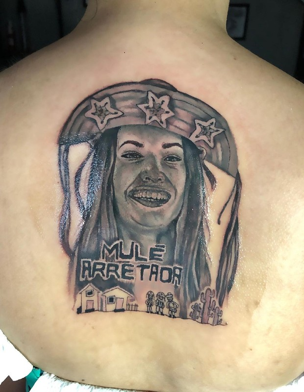 Tatuagem enorme nas costas com rosto da Juliette do BBB 21