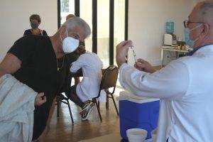 Lulu Santos toma segunda dose de vacina contra Covid-19