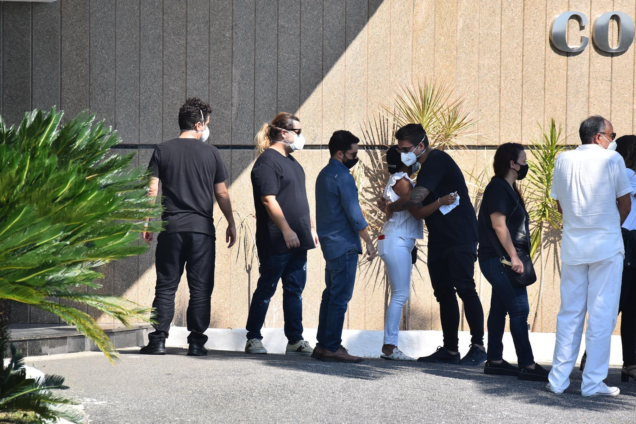Paulo Gustavo é velado em cerimônia restrita a familiares e amigos; fotos
