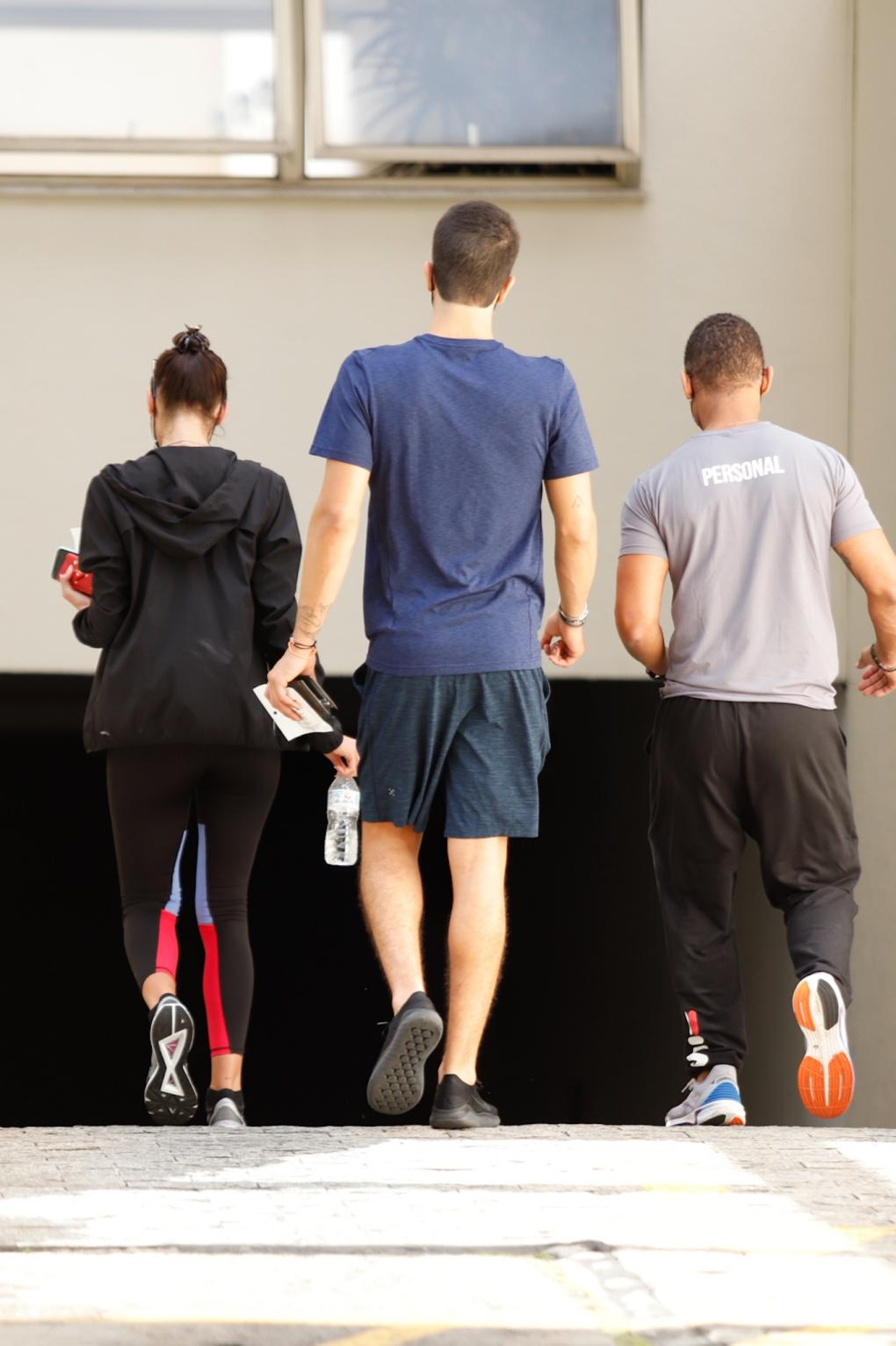 Bruna Marquezine e Enzo Celulari deixam academia de luxo juntos; fotos