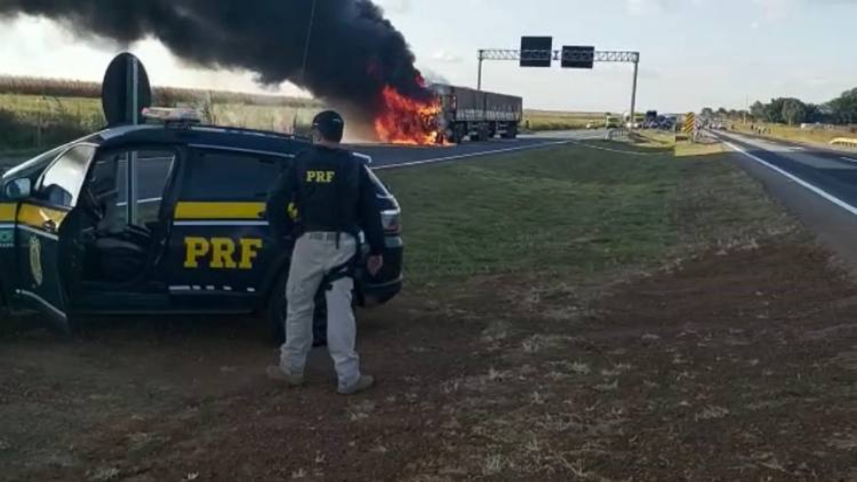 Policiais efetuaram disparos em partes do caminhão para que o motorista parasse a direção