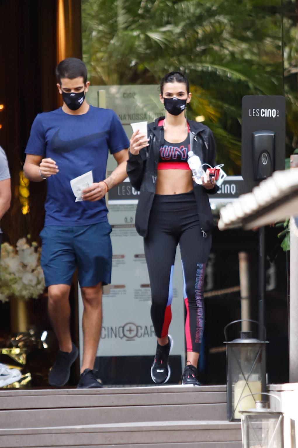 Bruna Marquezine e Enzo Celulari deixam academia de luxo juntos