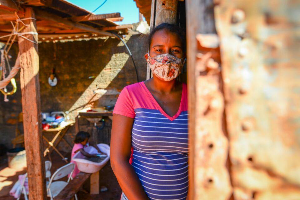 Vanessa Pereira e seus 4 filhos sobrevivem em um barraco improvisado com menos de R$ 20 por dia (Foto: Jucimar de Sousa/MaisGoiás)