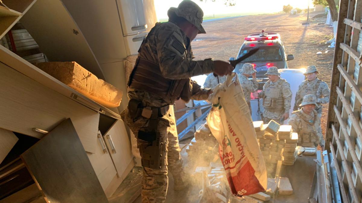 Comando de Operações de Divisas (COD) apreendeu 150 quilos de pasta base de cocaína, na GO-220, a droga está avaliada em R$ 5 milhões.