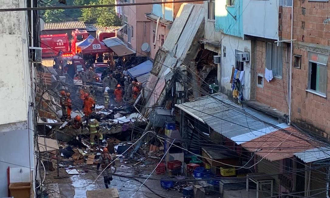 Bombeiros de cinco batalhões trabalham nos resgates. Cães também ajudam nas buscas (Foto: reprodução/O Globo)