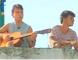 Pareja toca violão em cima da caixa d'água do Cepaigo (Foto: Arquivo)