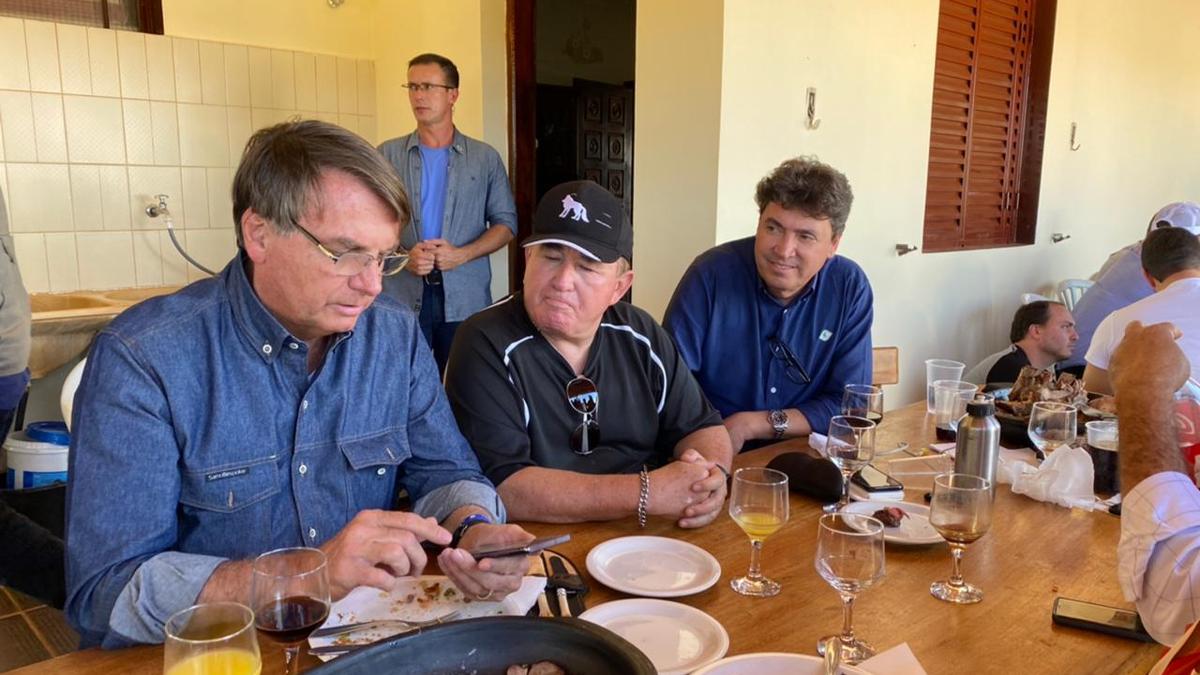 Bolsonaro e filho Carlos almoçam com Amado Batista antes de compromisso em Anápolis