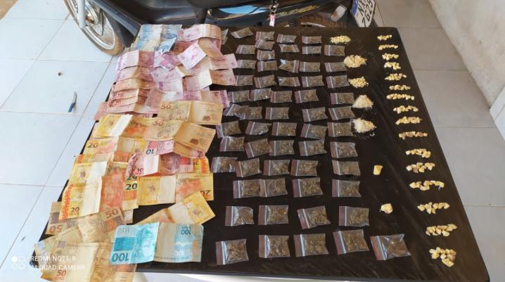 Drogas e dinheiro apreendidos pela Polícia Militar (Foto:PM)