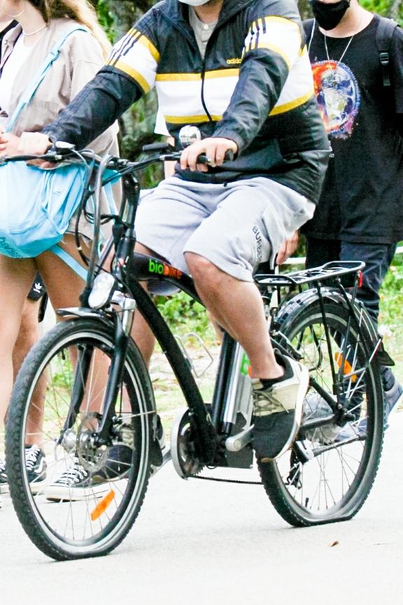 Selton Mello passeia na lagoa com pneu da bicicleta vazio; fotos