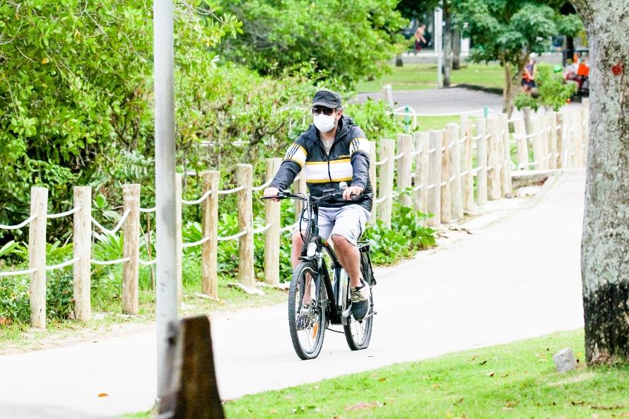 Selton Mello passeia na lagoa com pneu da bicicleta vazio; fotos ator