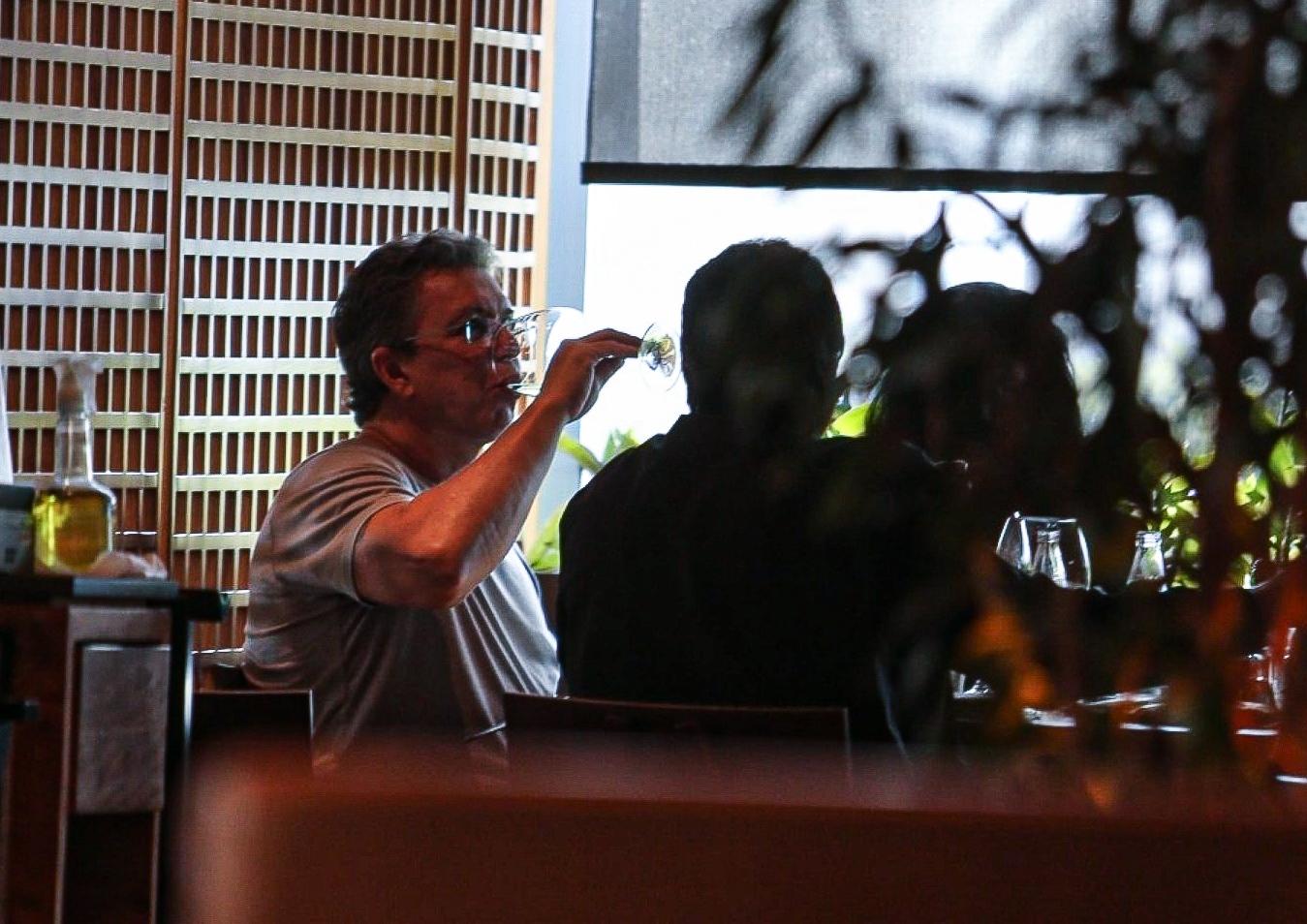 Gustavo Mioto é visto em restaurante com Boninho, diretor do BBB; fotos