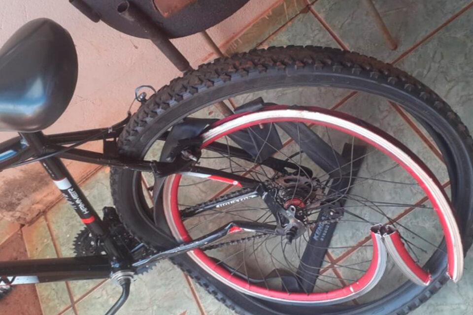 Bicicleta danificada pelo atropelamento da PM (Foto: Arquivo pessoal/Odilon Ancelmo da Silveira Neto)