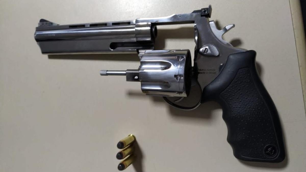 Revólver de calibre 357, cromado. Possivelmente usado para 'sequestrar caminhão' em Luziânia