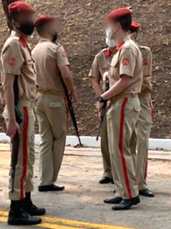 Estudantes seguram espingarda durante as comemorações dos 66 anos da escola; menores de idade não podem carregar armas, de acordo com o ECA - Arquivo pessoal