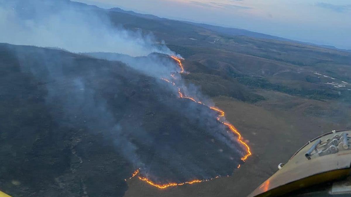 Bombeiros usam helicóptero em combate a incêndio na Chapada dos Veadeiros