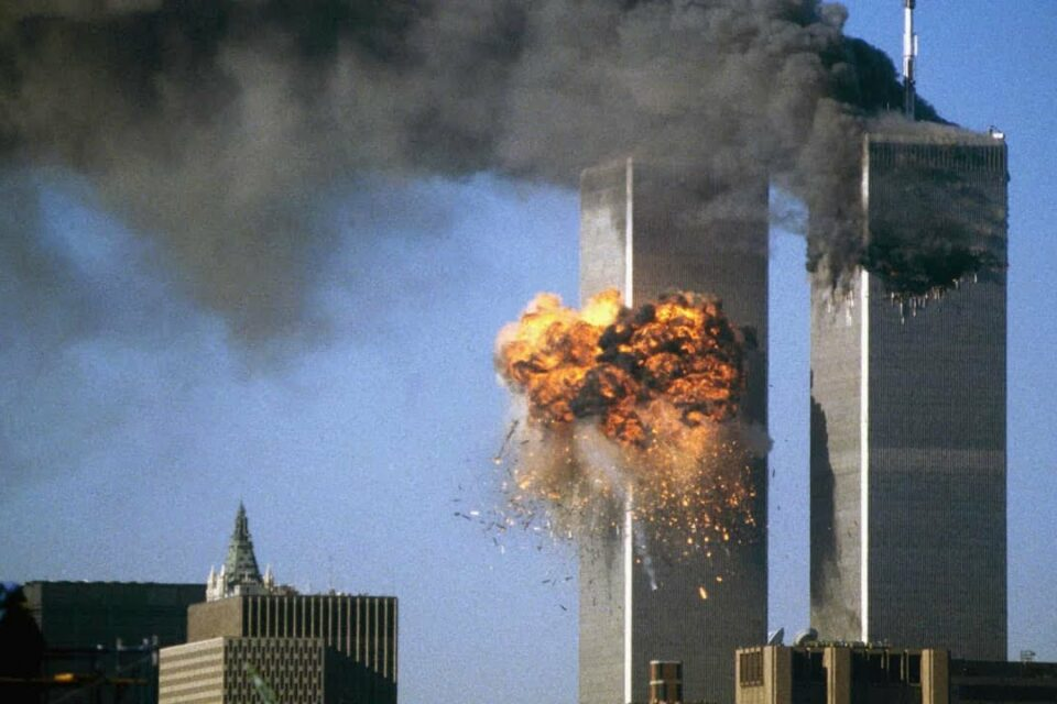 World Trade Center sendo atingido por um dos aviões