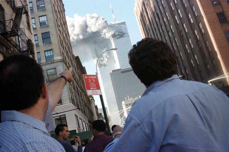 Pedestres observam colapso do World Trade Center