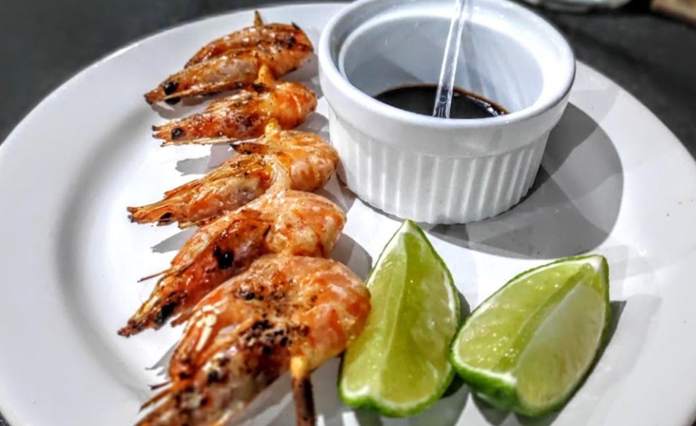 Espetinho de camarão é opção no Empório do Espeto, destaque entre os espetos em Aparecida de Goiânia