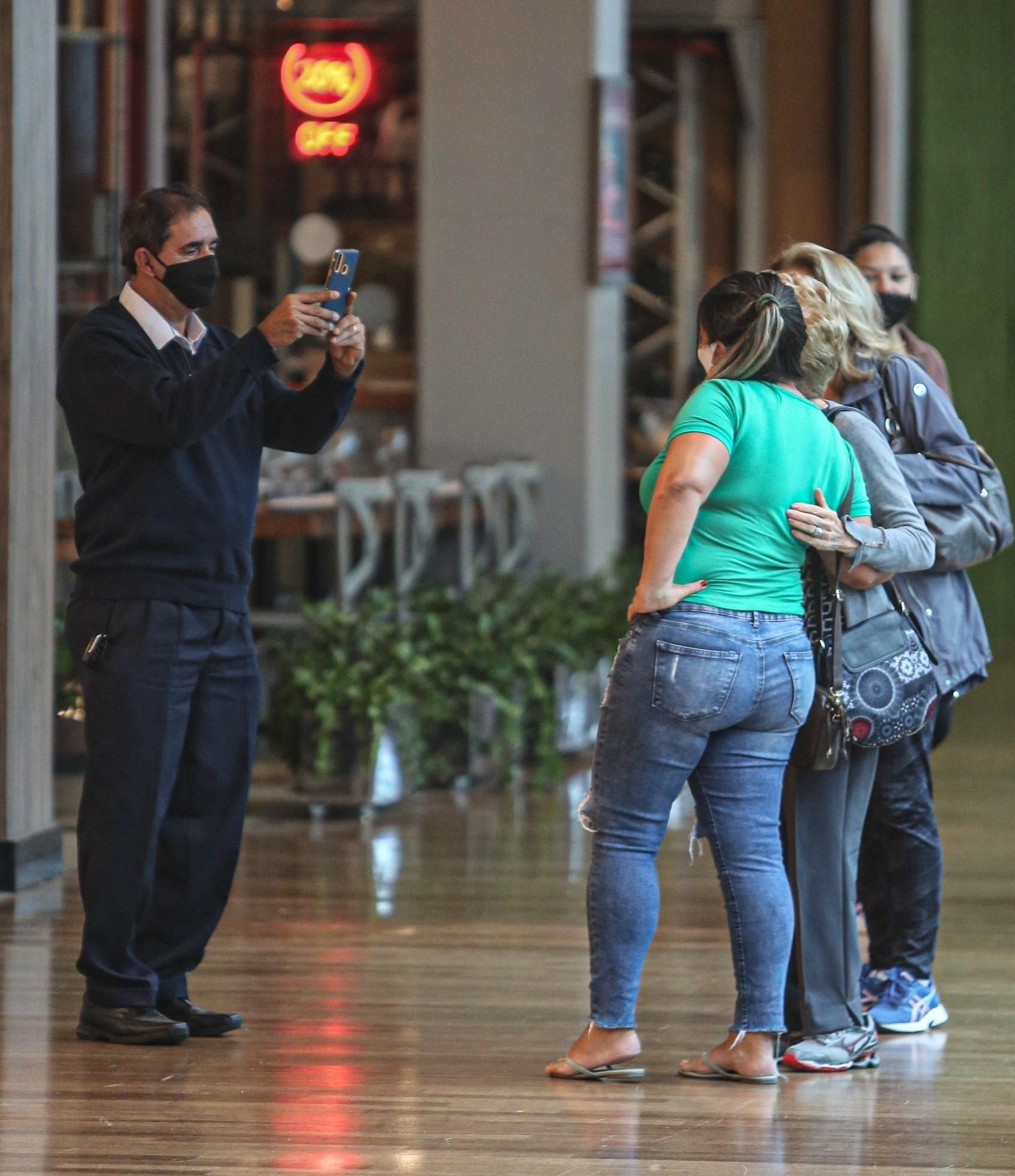 Atriz posou para fotos com fãs e fez o gesto de coração. Glória Menezes faz primeira aparição após morte de Tarcísio Meira