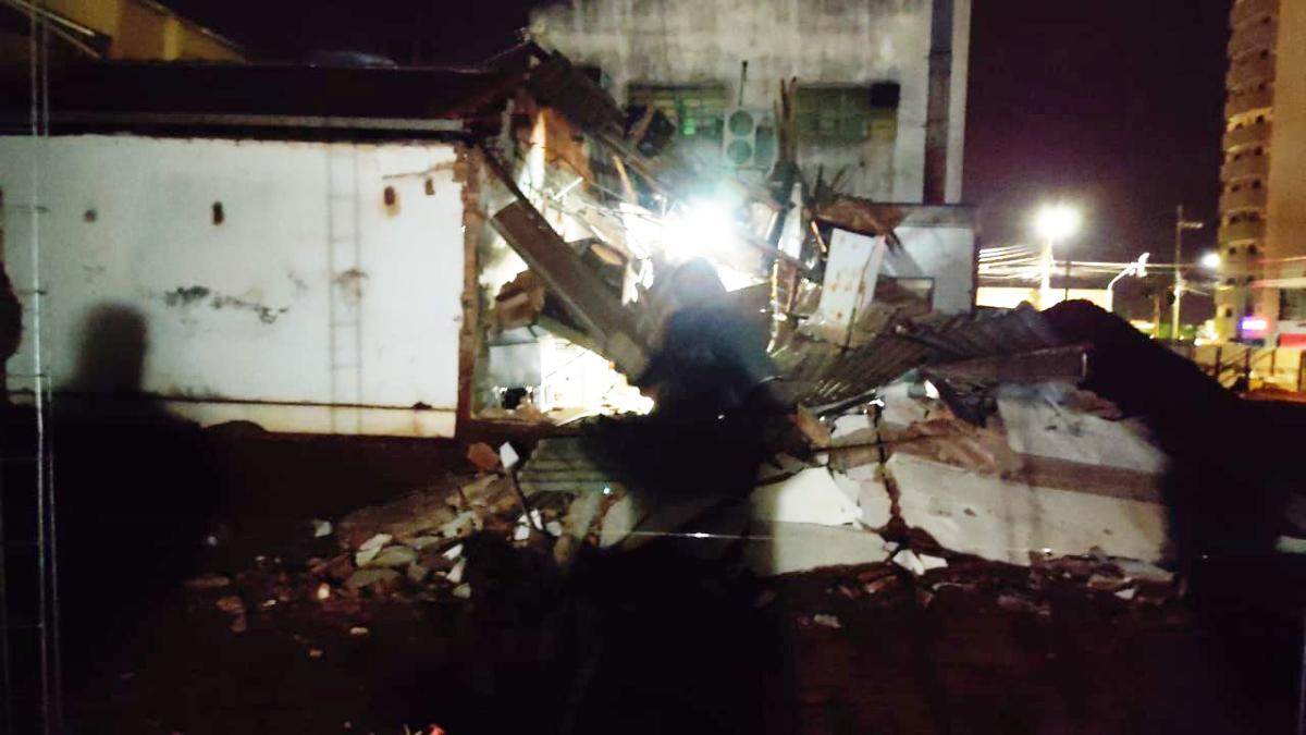 Teto de pizzaria desaba e deixa dois funcionários feridos em Rio Verde