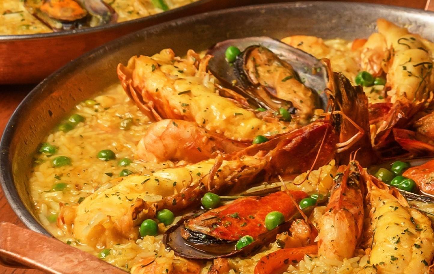Paella caldosa com lagosta é opção no Coco Bambu, um dos restaurantes de frutos do mar em Goiânia